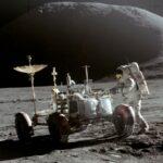 Jim Irwin cu vehiculul lunar Roving pe prima suprafață lunară EVA a lui Apollo 15