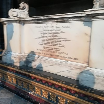 Mormântul lui Isaac Newton la Westminster Abbey