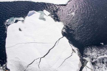 Suprafața întunecată a oceanului reflectă doar 6% din radiațiile solare