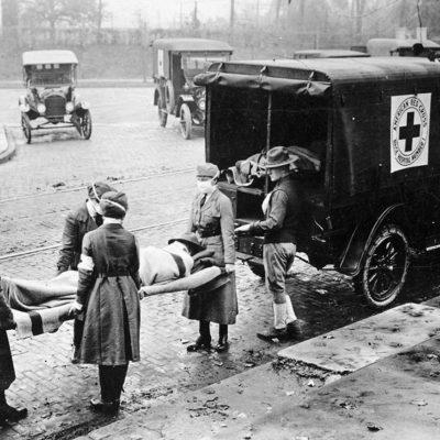 """Membrii Crucii Roșii Americane poartă un corp în timpul pandemiei """"gripă spaniolă"""" din 1918-2020"""